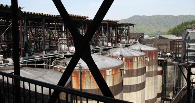 仕込み樽を上から見ると、たくさんの配管が。